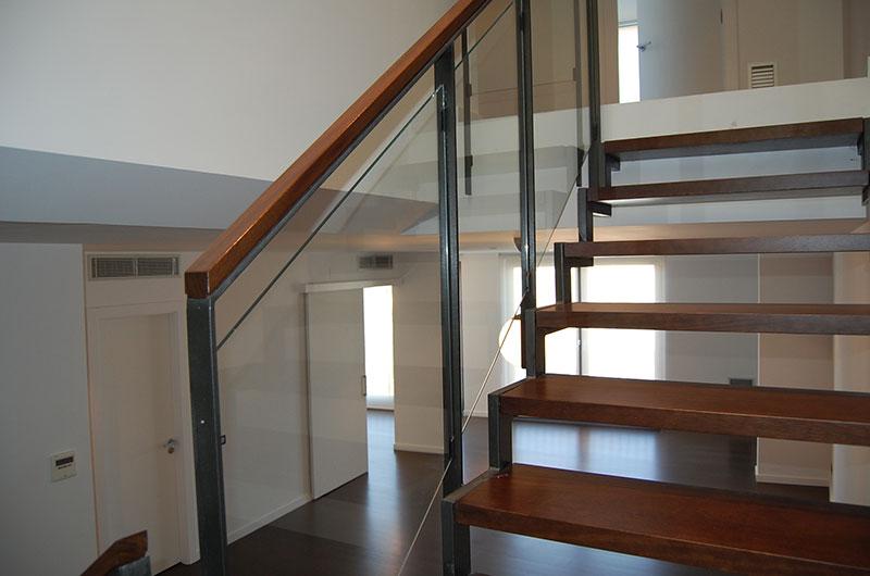 Destalle estructura escalera de hierro y madera