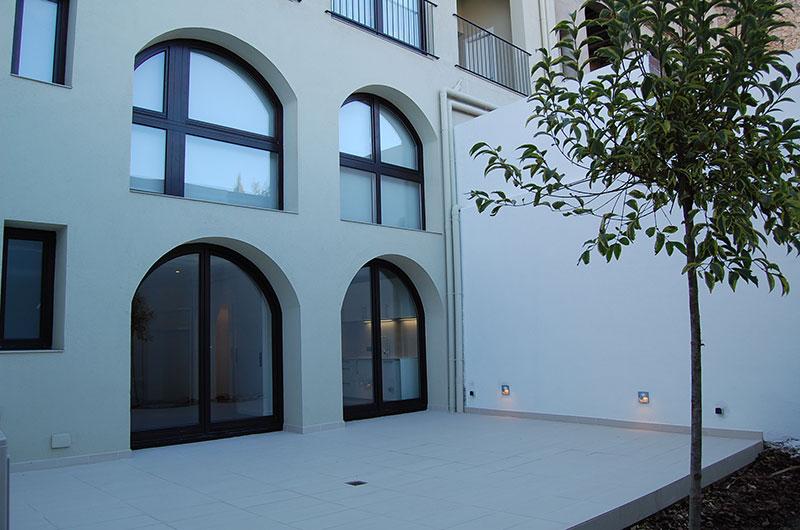 Detalla rehabilitación patio interior edificio Figueres
