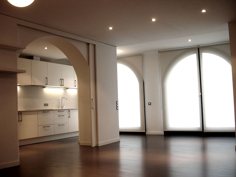 Detalle comedor con cocina abierta screens edificio Figueres