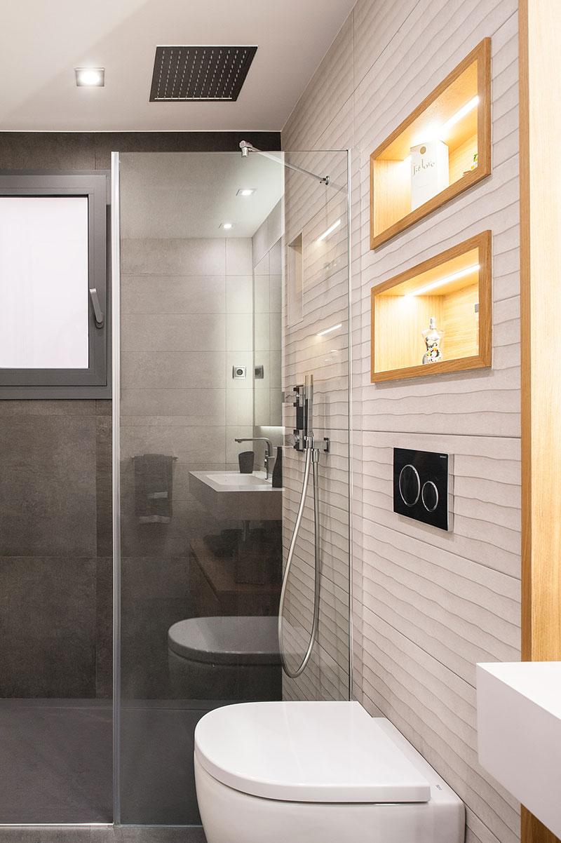 Reforma baño Barcelona con ducha integrada en el techo