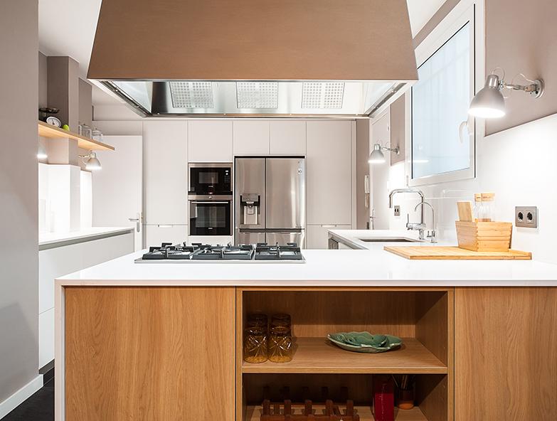 Detalle cocina con campana industrial vivienda Mandri Barcelona